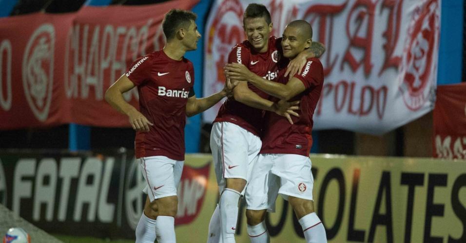 28.02.14 - Jogadores do Inter comemoram gol de Wellington Paulista pelo Campeonato Gaúcho