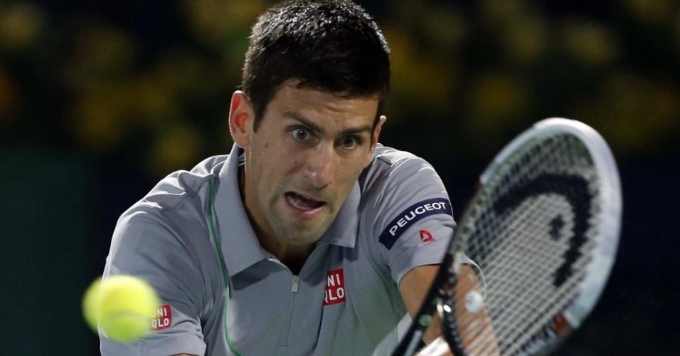 28.fev.2014 - Novak Djokovic faz careta ao rebater a bola na semifinal em Dubai contra Roger Federer