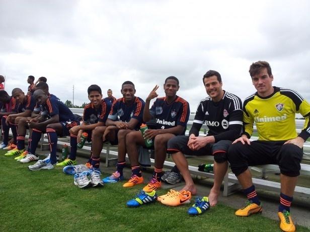 Júlio César posa para foto ao lado dos jogadores do sub-23 do Fluminense