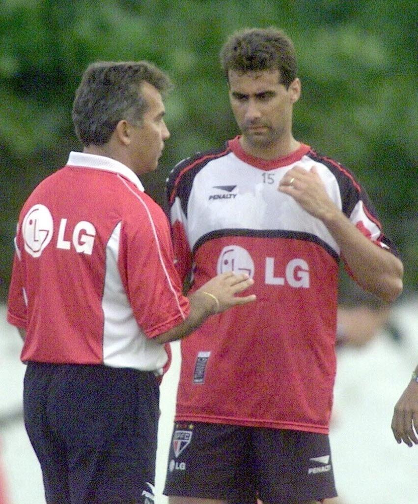 Rogério Pinheiro (dir.) conversa com Nelsinho Baptista; zagueiro quer saber motivo de afastamento