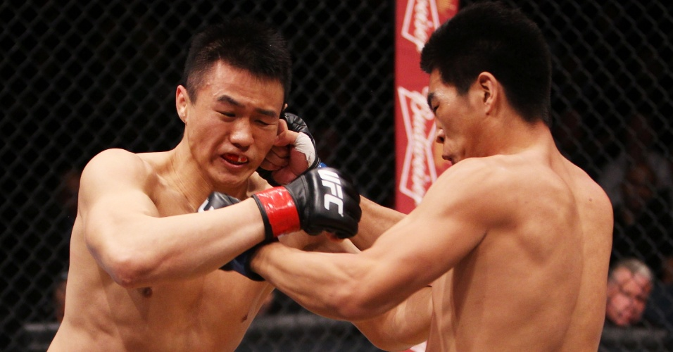 01.mar.2014 - Albert Cheng e Wang Anying trocam golpes durante luta do card preliminar do UFC: Kim x Hathaway