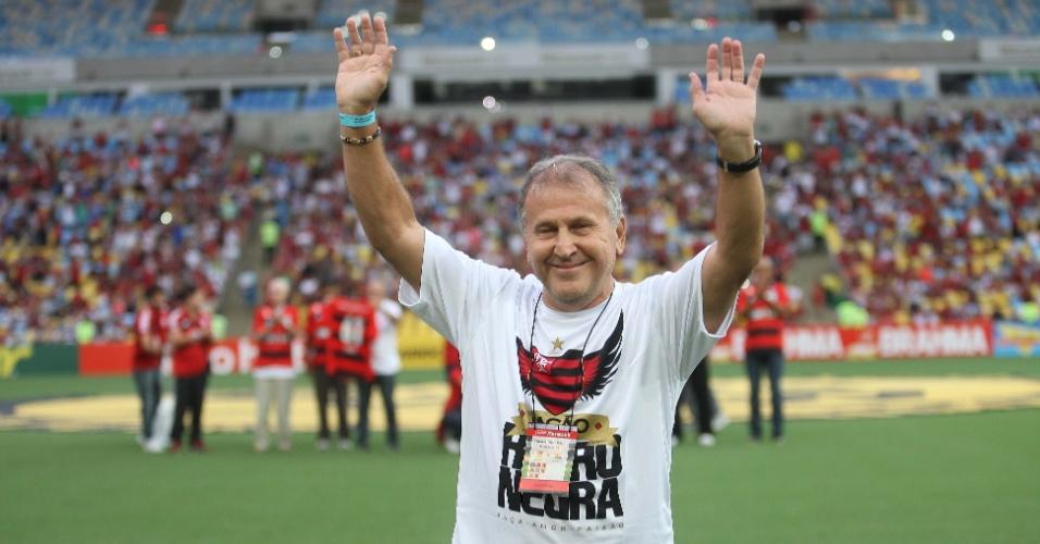 01.mar.2014 - Flamengo faz homenagem ao 'Galinho' Zico antes de duelo contra o Nova Iguaçú, no Maracanã, pelo Campeonato Carioca