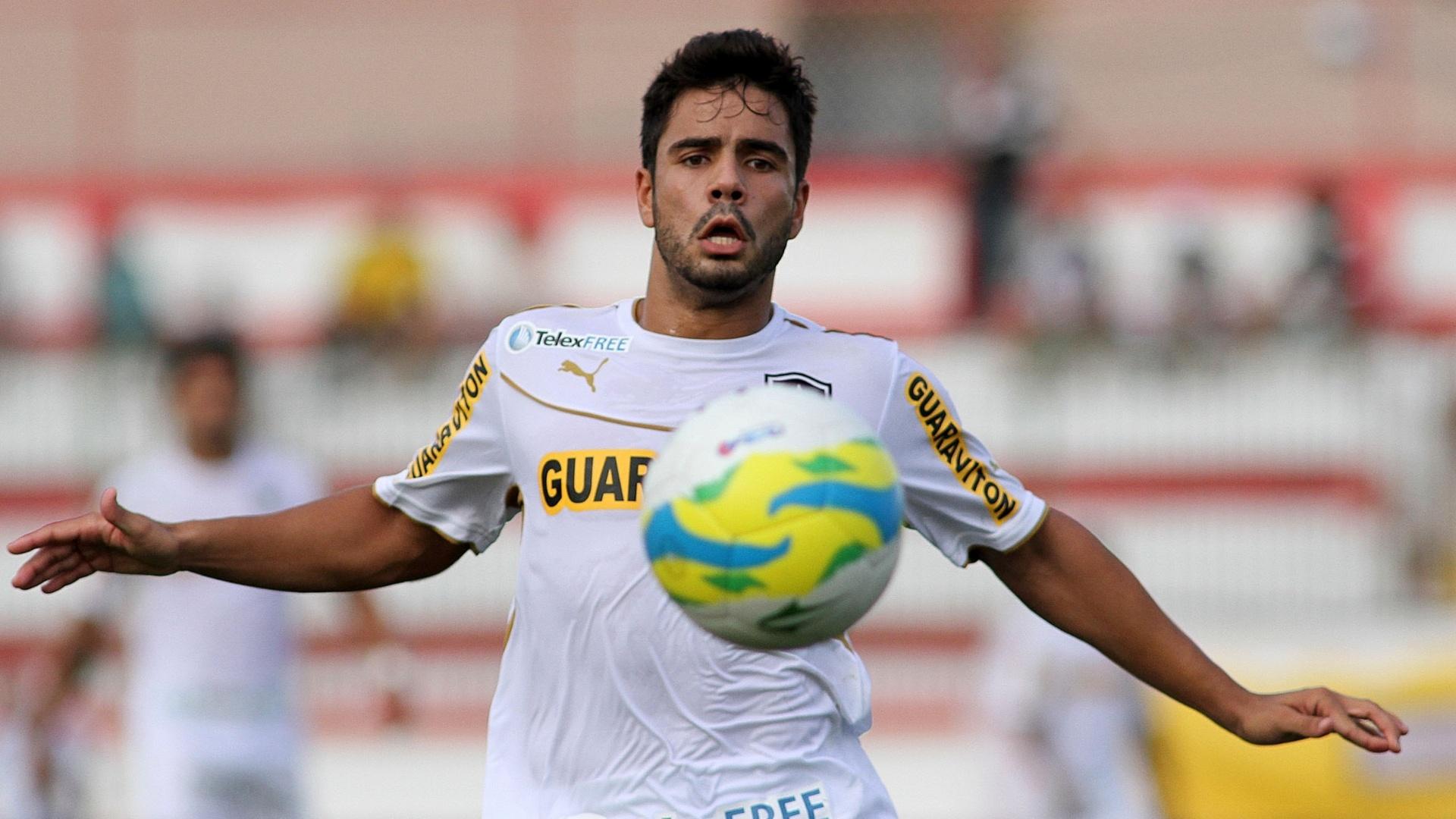 01.mar.2014 - Henrique tenta o domínio da bola na partida entre Botafogo e Macae pelo Campeonato Carioca