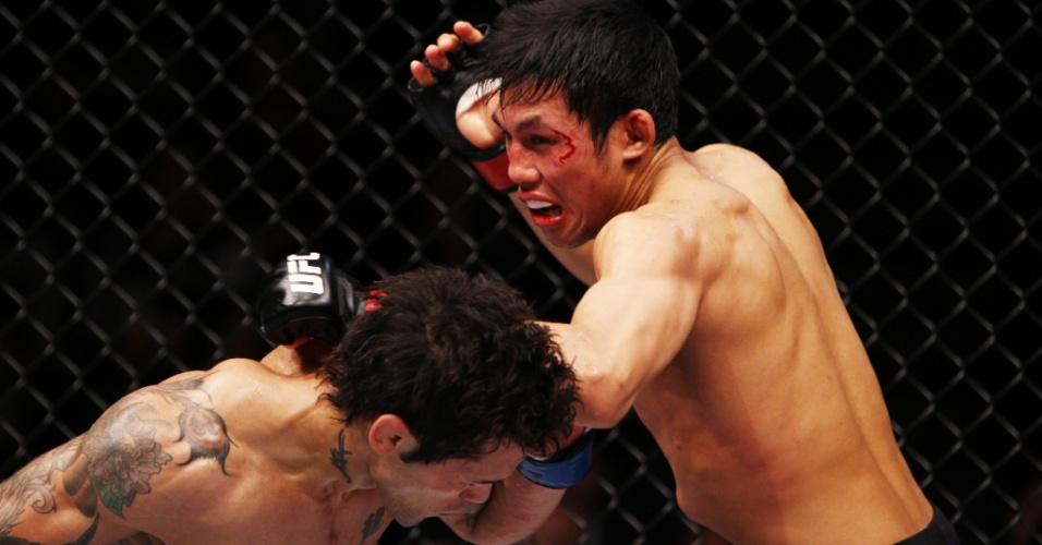 01.mar.2014 - Nam Phan acerta cotovelada em Vaughan Lee em luta do card preliminar do UFC: Kim x Hathaway