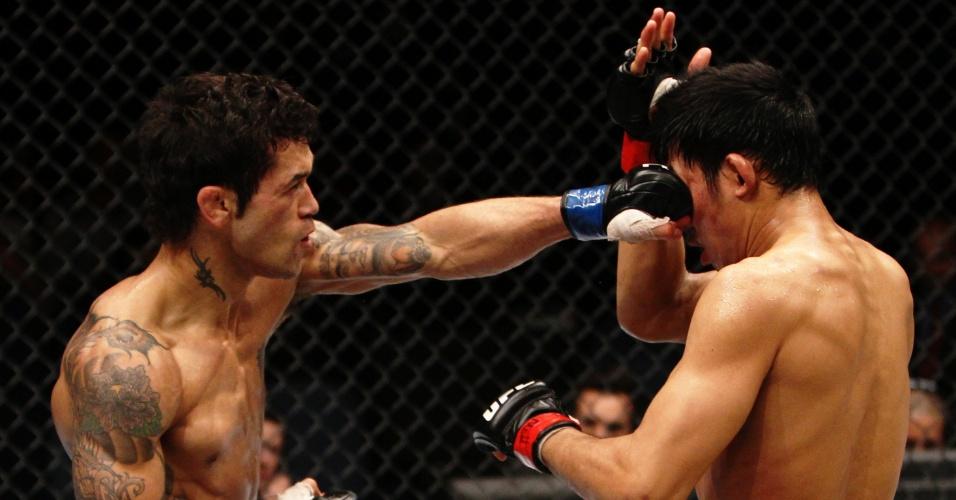 01.mar.2014 - Vaughan Lee acerta jab no rosto de Nam Phan, inglês venceu o americano por decisão unânime dos jurados