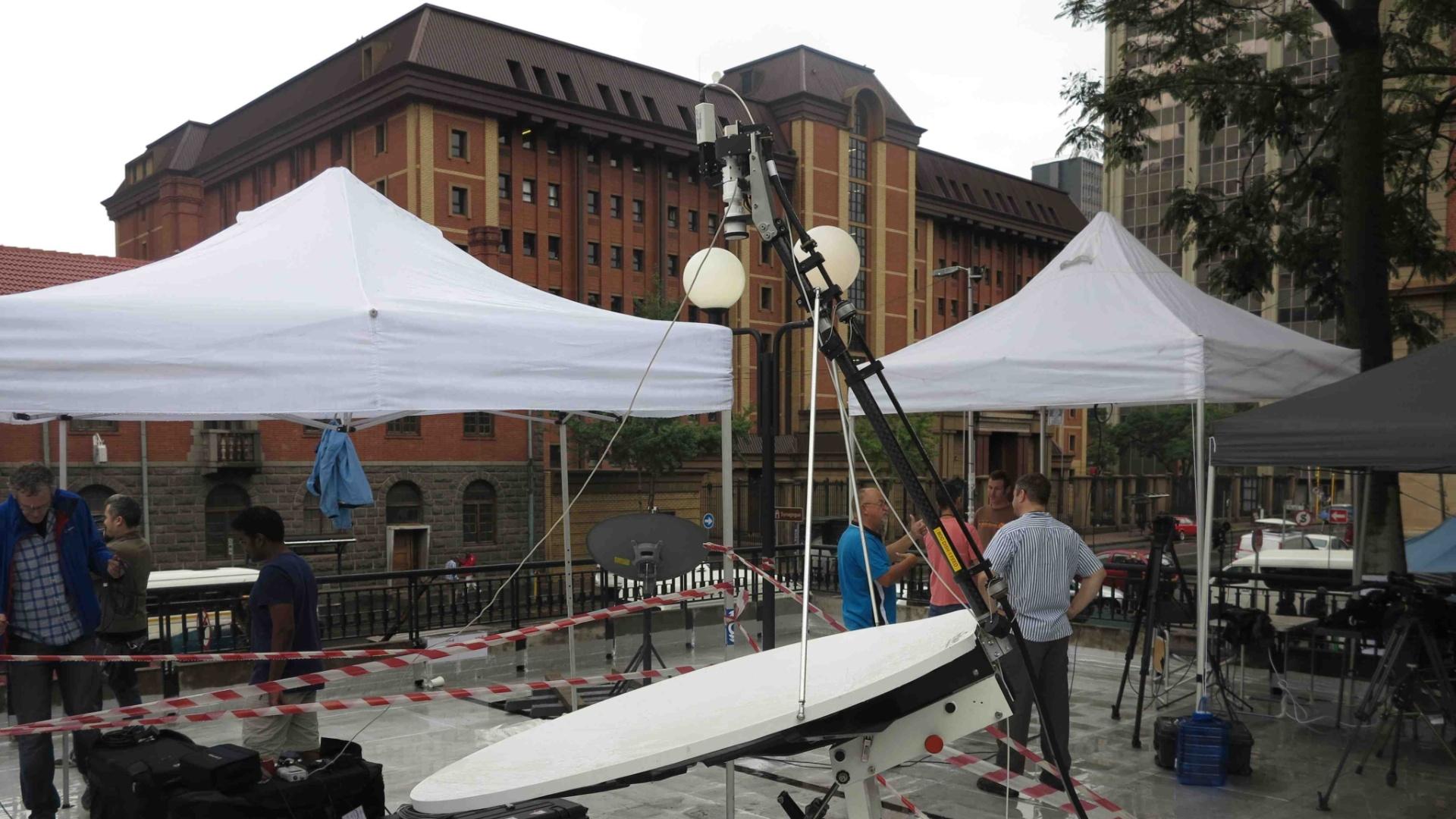 Equipes de televisão se instalaram em frente ao prédio da Alta Corte, em Pretória, na África do Sul, para transmitir julgamento de Oscar Pistorius