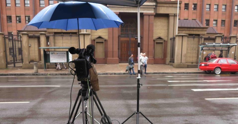 Julgamento de Pistorius movimenta centro de Pretória. Emissoras de TV tomaram conta do local
