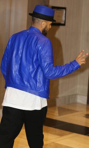 Daniel Alves se apresentou à seleção brasileira na África do Sul usando uma cartola azul