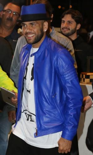 Em mais um 'look' ousado, Daniel Alves apareceu com peças azuis combinadas e uma cartola na apresentação à seleção brasileira na África do Sul