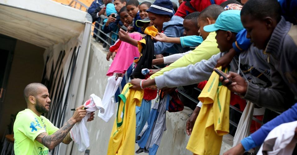 04.03.14 - Daniel Alves assina camisetas de torcedores antes do treino da seleção em Johannesburgo