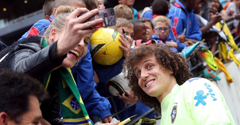 04.03.14 - David Luiz tira foto com torcedora no Soccer City, em Johannesburgo