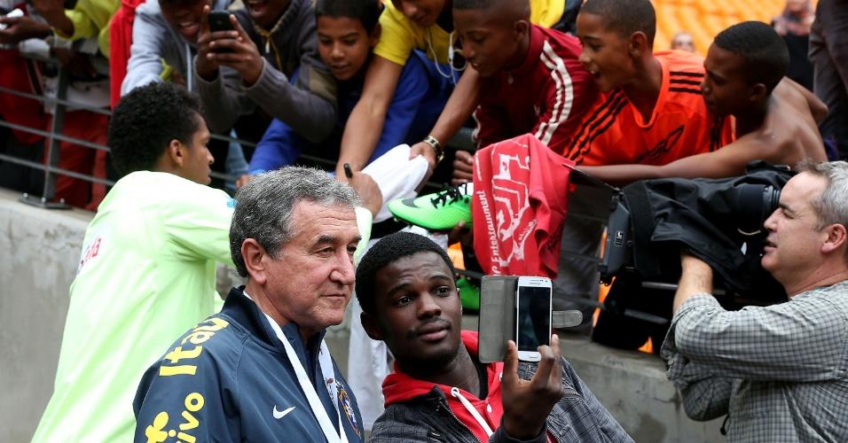 04.03.14 - Ex-técnico da seleção sul-africana, Carlos Alberto Parreira é assediado por torcedores no Soccer City