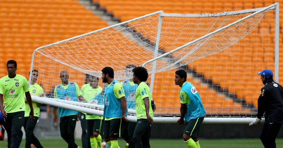 04.0314 - Jogadores transportam gol durante o treinamento da seleção brasileira em Johannesburgo