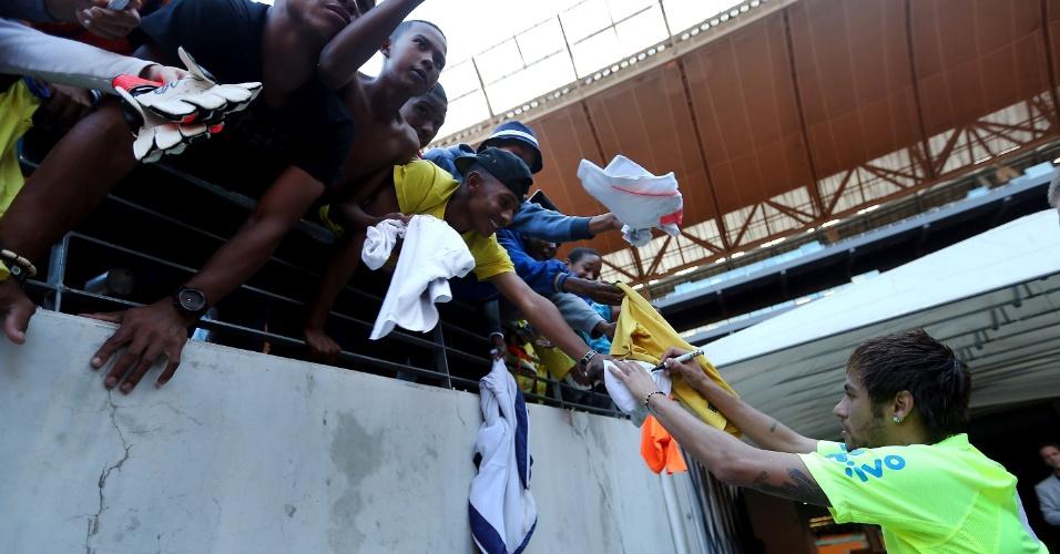 04.03.14 - Neymar autografa camisa de torcedores no Soccer City