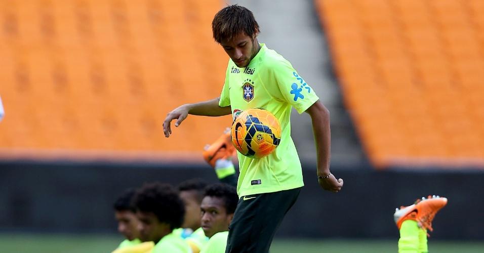 04.03.14 - Neymar brinca com a bola durante a atividade da seleção brasileira em Johannesburgo