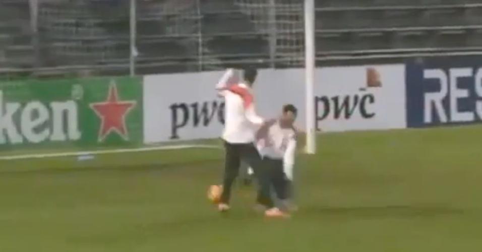 04.mar.2014 - Van Persie humilha companheiro em treino da Holanda