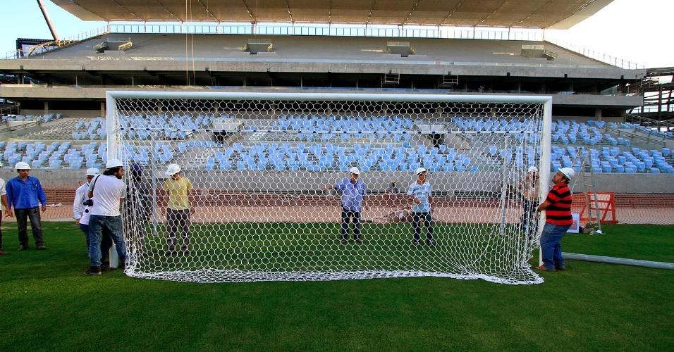 Traves são colocadas na Arena Pantanal três meses antes do início da Copa do Mundo, em foto divulgada na última segunda-feira (3/3)