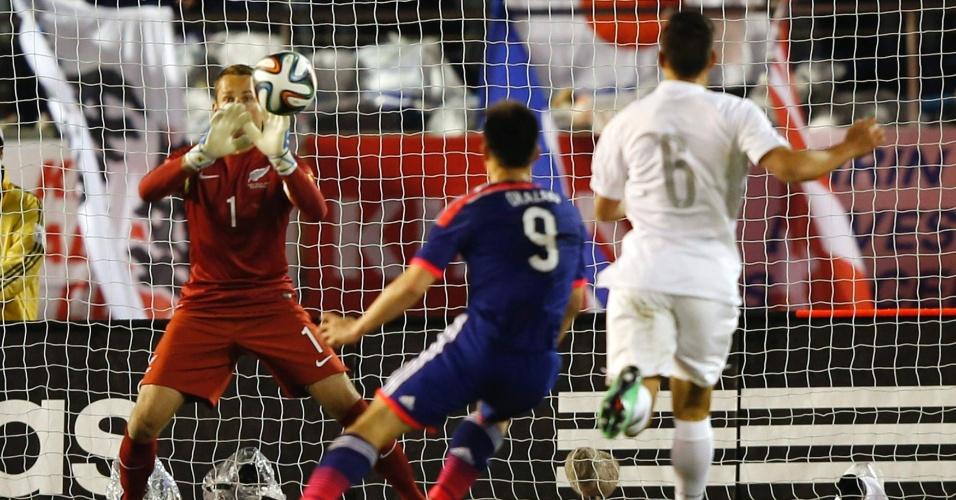 05.03.14 - Não se engane: o goleiro Glen Moss não conseguirá defender a bola chutada por Okazaki, em um dos gols marcados pelo Japão na vitória por 4 a 2 contra a Nova Zelândia