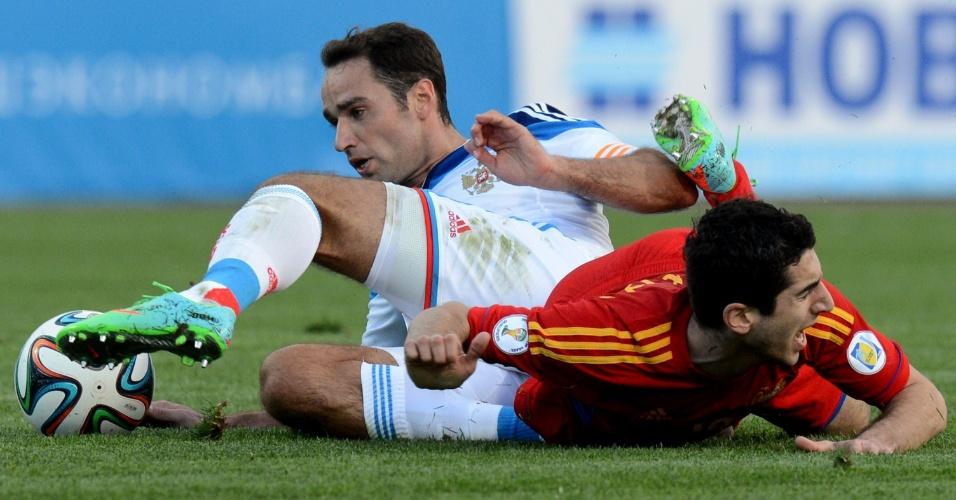 05.03.2014 - Astro do Borussia Dortmund, Henrikh Mkhitaryan (vermelho), disputa bola com Roman Shirokov no jogo entre Armênia e Rússia
