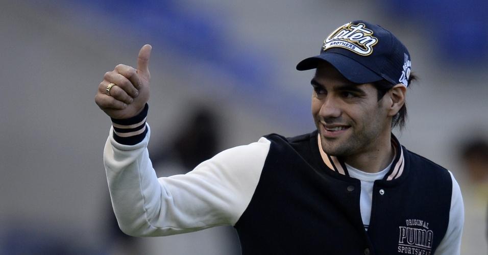05.03.2014 - Atacante Radamel Falcao García acena para torcedores no jogo entre Colômbia e Tunísia