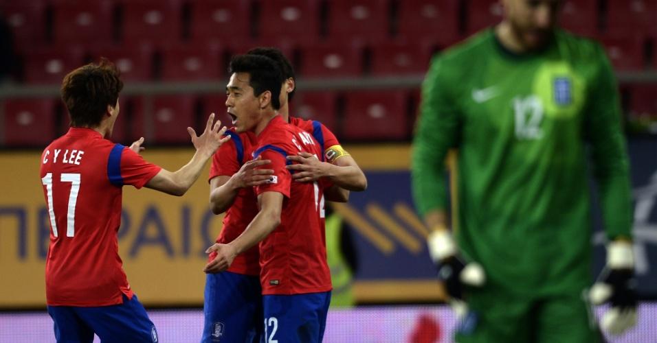 05.03.2014 - Chu-Young Park (centro, vermelho) comemora gol da Coreia do Sul no amistoso contra a Grécia