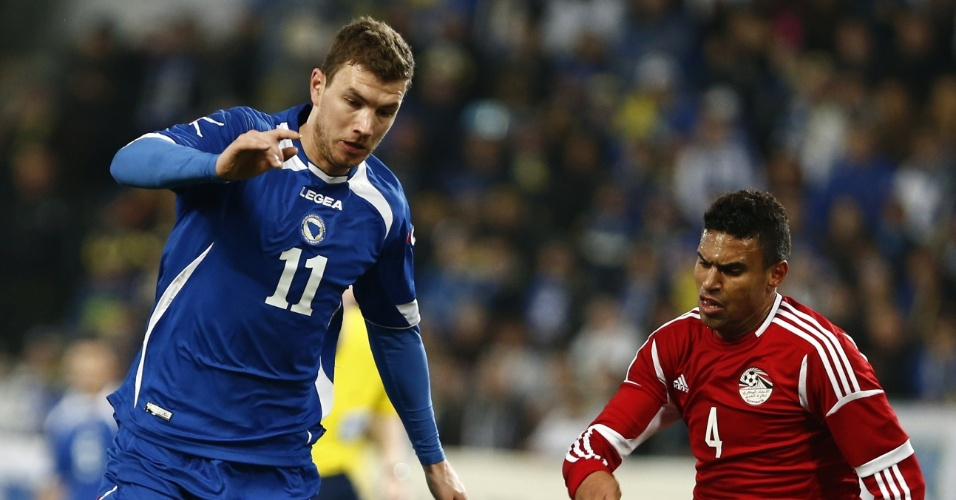 05.03.2014 - Edin Dzeko (azul) disputa bola com Ahmed Said no amistoso entre Bósnia e Egito