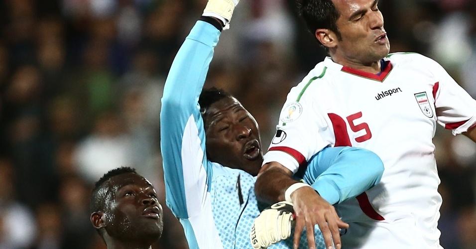 05.03.2014 - Goleiro Naby Moussa Yattara, de Guiné, tenta socar a bola na vitória de sua seleção por 2 a 1 sobre o Irã
