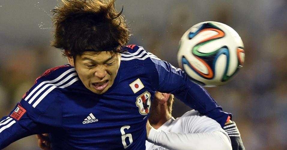 05.03.2014 - Masato Morishige faz careta ao tentar proteger a bola no amistoso entre Japão e Nova Zelândia
