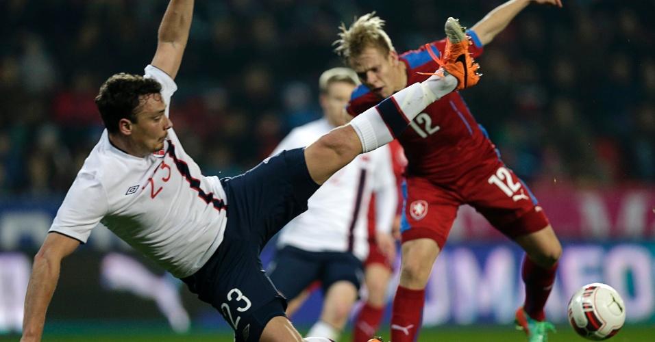 05.03.2014 - Vegard Forren (branco) tenta um golpe de karatê para tentar recuperar a bola para a Noruega no jogo contra a República Tcheca