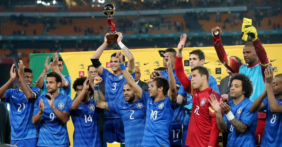 05.mar.2014 - A seleção brasileira recebeu um troféu em homenagem ao ex-presidente africano Nelson Mandela após o amistoso com a África do Sul, em Johanesburgo