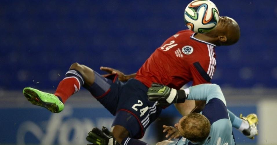 05.mar.2014 - Atacante da Colômbia, Victor Ibarbo em disputa de bola com o goleiro da Tunisia Farouk Ben