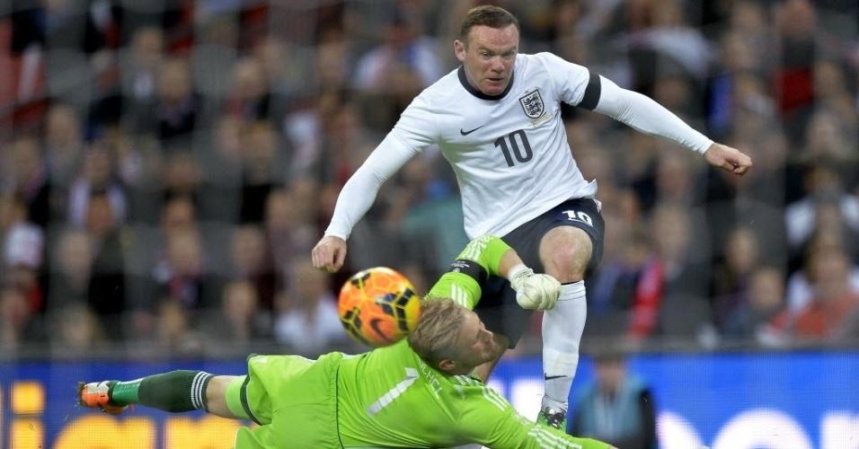 05.mar.2014 - Atacante da Inglaterra, Wayne Rooney em dividida de bola com o goleiro da Dinamarca Kasper Schmeichel