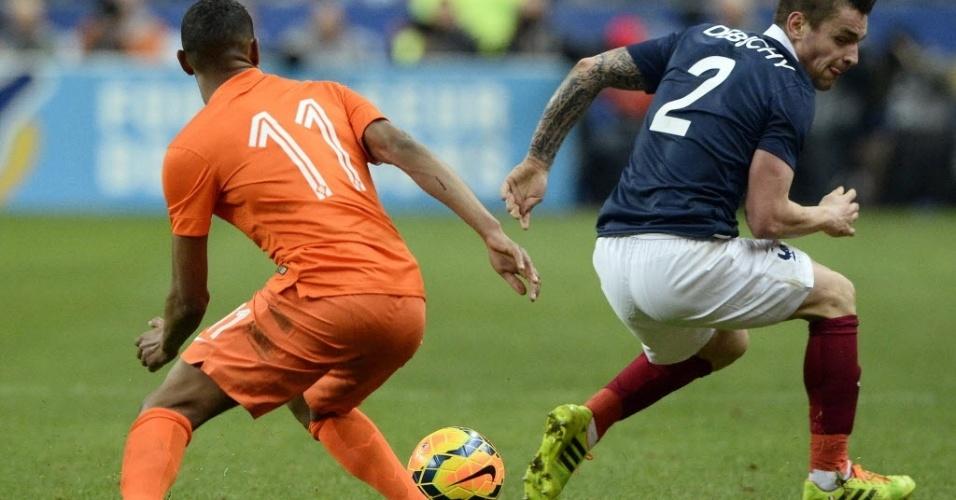 05.mar.2014 - Boetius, da Holanda, e Debuchy, da França, disputam pela bola durante amistoso na última data Fifa antes da Copa do Mundo