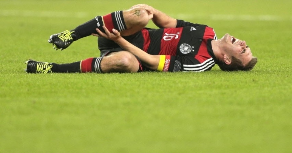 05.mar.2014 - Capitão da Alemanha, Philipp Lahm deita no gramado com dores durante amistoso contra o Chile