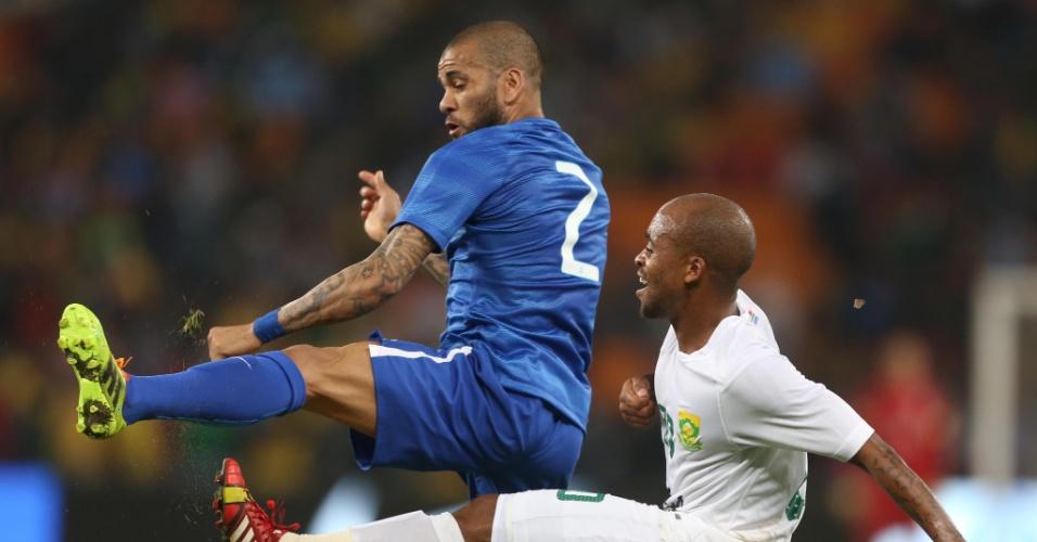 05.mar.2014 - Daniel Alves disputa pela bola no amistoso entre Brasil e África do Sul, em Johanesburgo