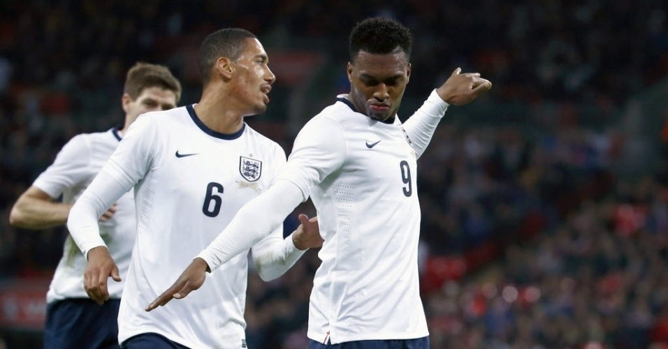 05.mar.2014 - Daniel Sturridge (dir.) comemora após marcar para a Inglaterra no amistoso contra a Dinamarca