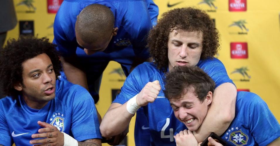 05.mar.2014 - David Luiz dá 'cascudo' em Bernard após a goleada do Brasil sobre a África do Sul