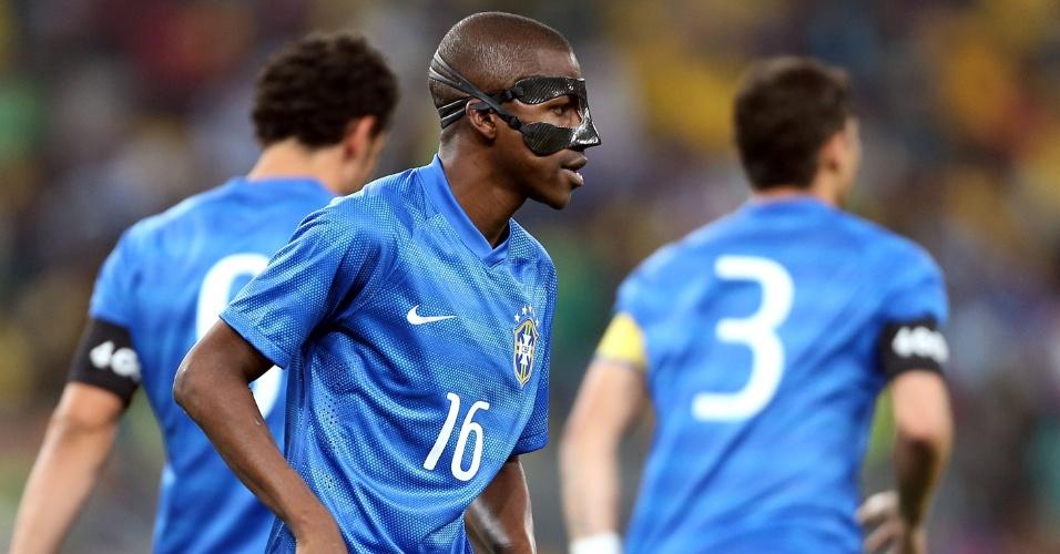 05.mar.2014 - De máscara para proteger o nariz fraturado, Ramires entrou no segundo tempo do amistoso de Brasil e África do Sul