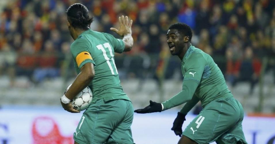 05.mar.2014 - Didier Drogba (e) comemora com KoloTouré após marcar para a Costa do Marfim contra a Bélgica