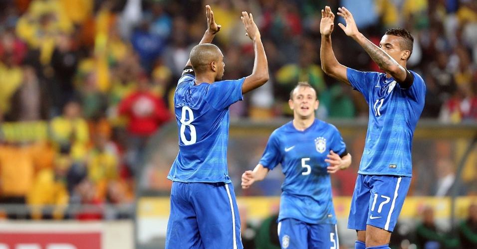 05.mar.2014 - Fernandinho comemora com Luiz Gustavo (esq.) e Rafinha (ao fundo), após marcar para o Brasil contra a África do Sul