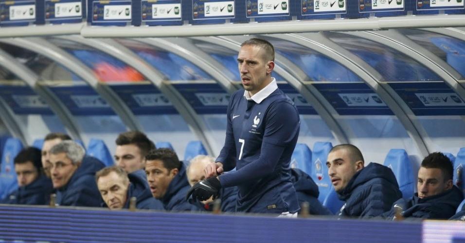 05.mar.2014 - Franck Ribéry se prepara para entrar em campo no amistoso entre França e Holanda