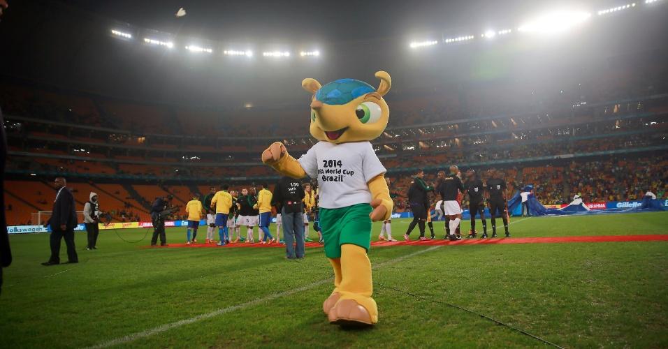 05.mar.2014 - Fuleco, mascote da Copa do Mundo do Brasil, caminha no gramado do Soccer City, na África do Sul