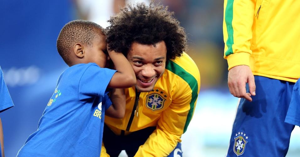 05.mar.2014 - Garotinho cochicha no ouvido de Marcelo antes do amistoso entre Brasil e África do Sul