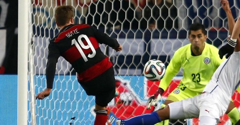 05.mar.2014 - Goetze chuta para marcar para a Alemanha no amistoso contra o Chile