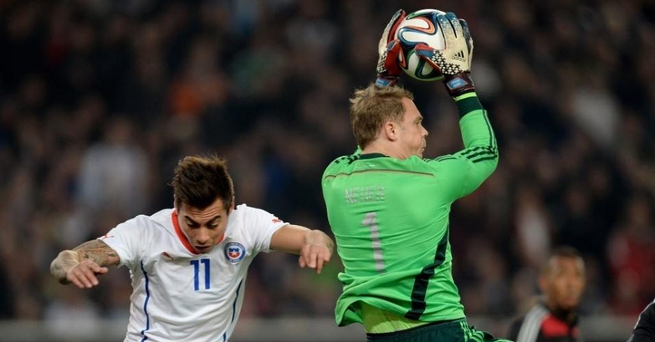 05.mar.2014 - Goleiro da Alemanha Manuel Neuer fica com a bola em disputa na área com o chileno Eduardo Vargas