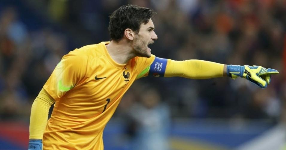 05.mar.2014 - Goleiro Hugo Lloris tenta organizar a defesa da França no amistoso contra a Holanda