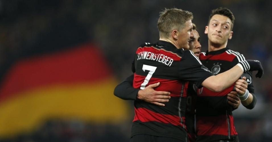 05.mar.2014 - Jogadores da Alemanha comemoram o gol de Mario Goetze no amistoso contra o Chile