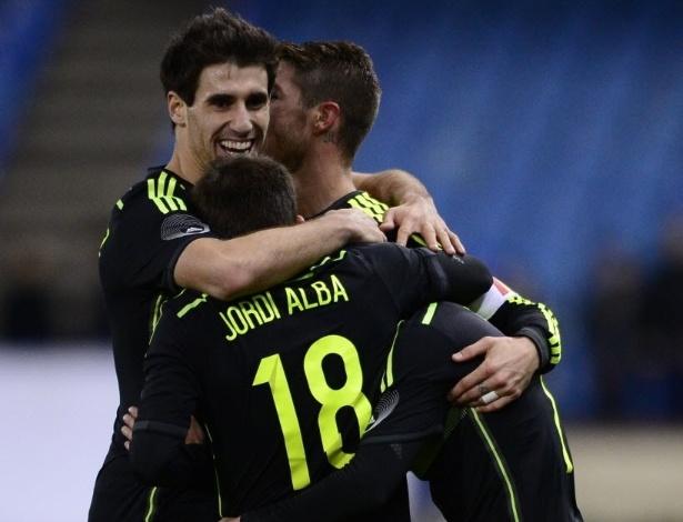 05.mar.2014 - Jogadores da Espanha comemoram gol de Pedro na vitória sobre a Itália, o último amistoso das seleções antes da Copa do Mundo