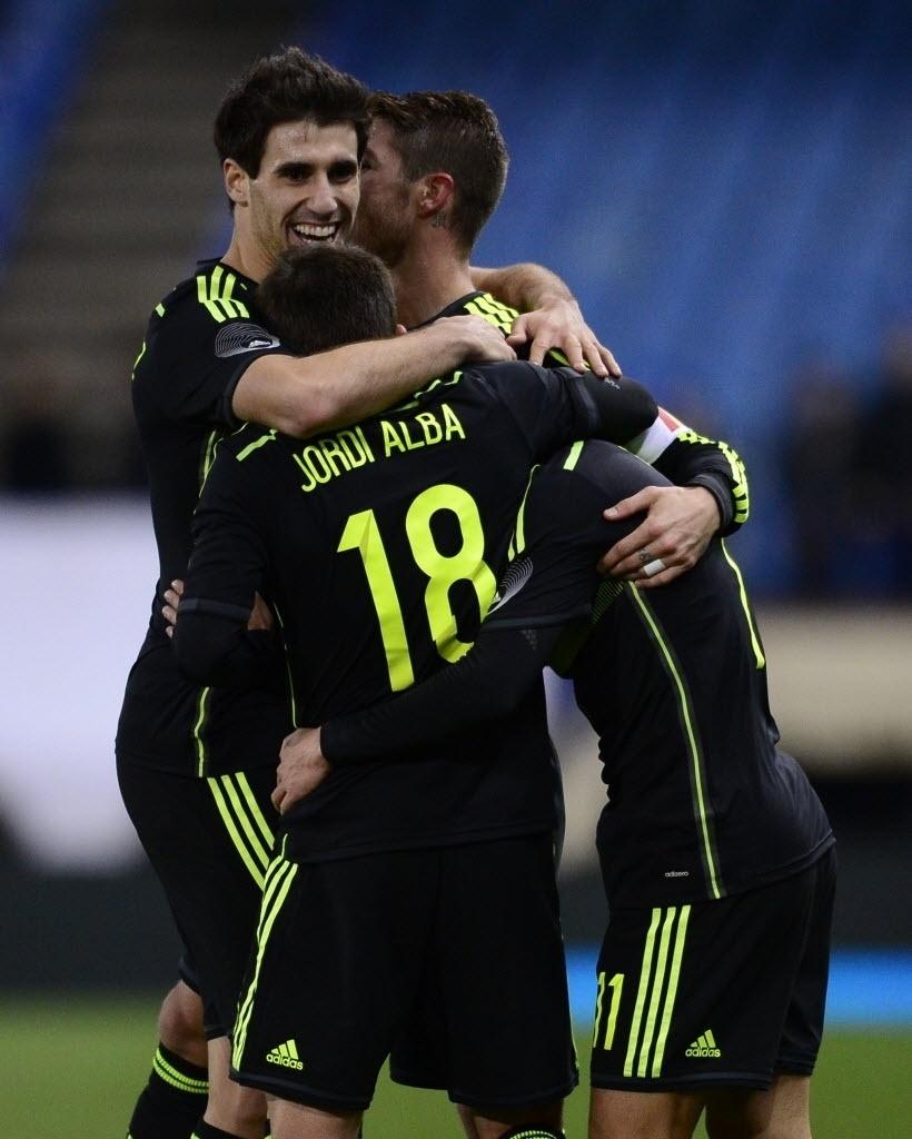 05.mar.2014 - Jogadores da Espanha comemoram gol de Pedro na vitória por 1 a 0 sobre a Itália, o último amistoso das seleções antes da Copa do Mundo