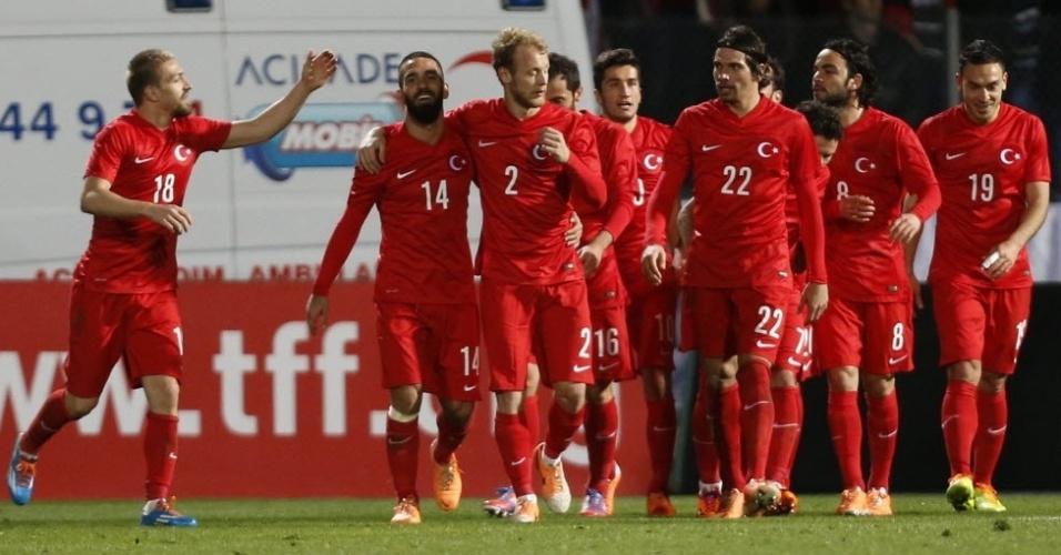 05.mar.2014 - Jogadores da Turquia comemoram após o segundo gol marcado no amistoso contra a Suécia